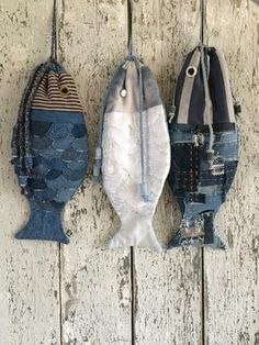 Fish bags made of recycled jeans and t-shirts Jean Crafts, Denim Crafts, Sewing Art, Sewing Patterns, Fabric Fish, Diy Accessoires, Fish In A Bag, Creative Textiles, Fish Crafts
