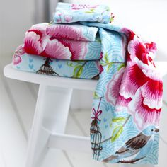 This beautiful Pip Studio Birds in Paradise hand towel features pink flowers, birds and birdcages on a blue background. Luxuriously soft to touch this Pip Studio hand towel is made from cotton. Blue Hand Towels, White Towels, Pip Studio, Bird Bathroom, Turquoise Walls, Blue Bath, Luxury Towels, Guest Towels, Beautiful Bathrooms