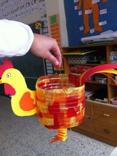 Hahn Laterne - Rooster lantern Animal Projects, Animal Crafts, Easy Crafts, Arts And Crafts, Diy And Crafts, Rooster Chinese New Year, Lantern Crafts, Christian Holidays, Diy Ostern