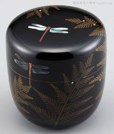 棗・しだにトンボ蒔絵は、しだの露に銀を、トンボの羽に貝を用いた優雅な棗