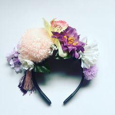 Handgemaakte Floral kroon met pom poms en tassles. Handgemaakte om 2-3 dagen. Gemaakt van kunstmatige bloemen op een zwarte haarband. Bloemen kunnen afwijken van de foto, maar dezelfde kleur regeling. Aangepaste bestellingen genomen in elke kleur thema