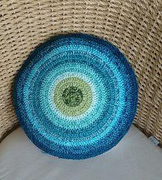 Dit kussen is gehaakt van katoen en heeft een doorsnee van 40 cm Crochet, Tips, Toss Pillows, Ganchillo, Crocheting, Knits, Chrochet, Quilts, Counseling