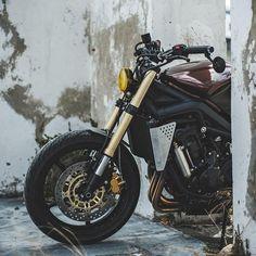 Beautiful #Triumph Street Triple Brat-Cafe by Wolf Moto. Una moto que viene desde la bonita Sudáfrica, para ofrecerte una tremenda mezcla del estilo Brat y #CafeRacer | caferacerpasion.com