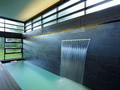 Minimalistisch badkraan design, het water komt als het ware uit de muur #like    http://www.arthitectural.com/altius-architecture-inc-clearview-residence/#