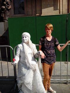 Fuia la central de santiago con el grupo. Fuimos arriba la conlina de santa lucia y miramos en la ciudad. Después fuimos a la centro de santiago y fuimos en la catedral. A lo large de el calle había muchos arte y artistas callejeros.