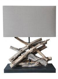Lámpara de troncos naturales de sobremes. Sus dimensiones son 35 cm de ancho x 15 cm de profundidad, 46 cm de altura total. Incluye pantalla.