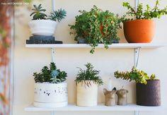 17-decoracao-plantas-estante-prateleira-vasos-artesanais