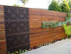 Clôture de jardin en lamelles vernies et élément métallique