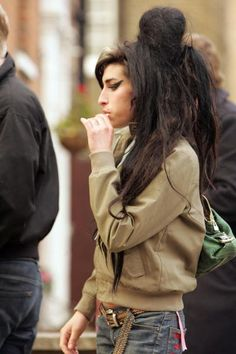 Amy Winehouse - love the outfit and her slim hips and sense of shilouette, proportion, and drama that's good on the eye - love it soo much!