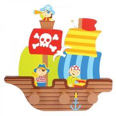 Colgador de madera con 3 pomos del temido y divertido personaje Pirata Jack, que quedará genial en la pared de la habitación de los peques.