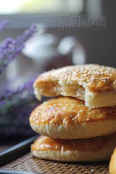 孩子们都追问着, 为什么叫老婆饼, 那么是不是也有老公饼呢? 是咯哦, 为什么叫老婆饼呢? 也只有往网站里跑一趟寻找答案了。 老婆饼, 又被称为冬蓉酥。 是一款出自于广东的传统美食, 哎哎, 而我却自作聪明的以为是台湾的饼食呢...