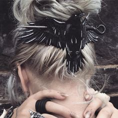 to make Hair Accessories 14 schreckliche Frisuren, die Sie nur an Halloween tragen dürfen 14 penteados horríveis que você só pode usar no Halloween Fantasy Cosplay, Witch Cosplay, Hair Slide, Hair Jewelry, Jewellery, Black Jewelry, Gothic Jewelry, Luxury Jewelry, Hair Pins