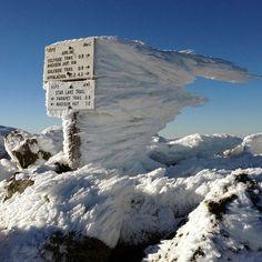 Un cartello ghiacciato sul monte Adams, il secondo più alto del New Hampshire, Stati Uniti