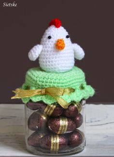 Twee potjes gemaakt met een kippetje en kuikentje om te vullen met paaseitjes.  Ze zijn ook leuk om cadeau te geven.  Het is hetzelfde patr...