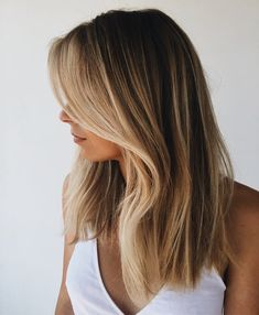 Try out our 37 stunning ideas of dark blonde hair and get inspiration for great changes and new life. Try out our 54 stunning ideas of dark blonde hair and get inspiration for great changes and new life to slay in the New Year of Balayage Straight Hair, Haircuts Straight Hair, Dark Blonde Balayage, Short Haircuts, Balayage Hair Dark Blonde, Straight Hair Highlights, Blonde Hair For Brunettes, Wavy Lob, Popular Haircuts