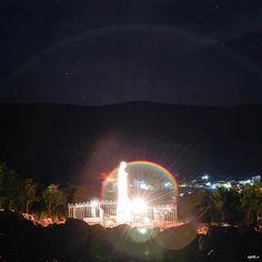 Show Noturno de luzes magnifico se formam ao redor da Estátua da 'Rainha da Paz' (totalmente iluminada), na Colina das Aparições em Medjugorje - ao fundo se vê a Cidade.