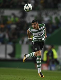 Sporting's Argentinian forward Rodrigo Battaglia heads the ball during the UEFA Champions League football match Sporting CP vs Juventus FC at the Jose Alvalade stadium in Lisbon on October 31, 2017. / AFP PHOTO / FRANCISCO LEONG