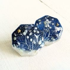 ice flowerピアス …cosmic snow… カスミソウの森に、うっすらと雪が降りつもり 冬景色となりました。 八角形の樹脂の中に淡い水色のカスミソウ(プリザーブドフラワー)と白のクラッシュシェル、夜空色のラメ、小さな金色の星を一粒、閉じ込めまています。 カスミソウの色は、とても淡い水色です。プリザーブドフラワーは、退色しにくいですが徐々にアンティークカラーへと変化してゆきます。その過程もお楽しみください。 ハンドメイドマーケット minne(ミンネ)