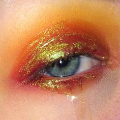 You lose fluid black eye with yellow golden glow Du verlierst Flüssigkeit blaues Auge mit gelb golden Schimmer Ränder sehen.Dei… You lose fluid blue eye with yellow golden shimmer edges. Your song is shaded orange. Makeup Inspo, Makeup Art, Makeup Inspiration, Makeup Tips, Make Up Looks, Festival Make Up, Glossy Eyes, Beauty Make-up, Aesthetic Makeup