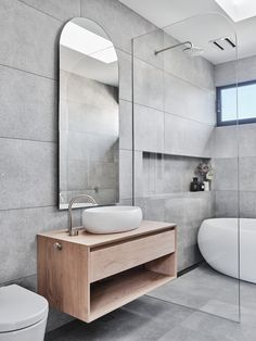 Showerscreen designs can take centre stage in bathroom - The Interiors Addict Grey Bathrooms Designs, Bathroom Design Luxury, Bathroom Design Small, Bathroom Layout, Modern Bathroom, Grey Bathroom Interior, Decoration Gris, Bathroom Design Inspiration, Beautiful Bathrooms