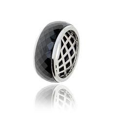Pierścionek stworzony z połączenia ceramiki i srebra o najwyższej próbie 925.  Pięknie się mieni i bardzo efektownie wygląda na palcu.