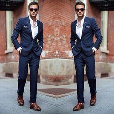 O terno azul, com caimento perfeito, é o par ideal do sapato marrom. A combinação é clássica e fica linda em uma ocasião em que você precisa mostrar que tem um estilo moderno.  The blue suit with perfect fit is the ideal pair of brown shoes. The combination is classic and beautiful when you need to show that you have a modern style.  #man #estilo #manstyle #classic #suits #terno #shoes #homem #estilohomem