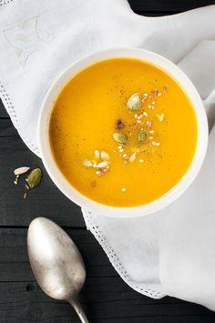 Soupe de potiron1 kg 200 de potiron 2 oignons 2 gousses d'ail 1 blanc de poireau 1 l. et demi de bouillon de légumes 1 pincée de noix de muscade 1 cuillère à café d'un mélange d'épices Colombo ¼ de cuillère à café de paprika 2 c. à soupe d'huile d'olive Sel et poivre du moulin