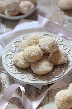 Fursecuri fragede cu nuca de cocos (fursecuri cu nuca de cocos) Romanian Desserts, Russian Desserts, Romanian Food, Romanian Recipes, My Recipes, Cookie Recipes, Dessert Drinks, Food To Make, Bakery