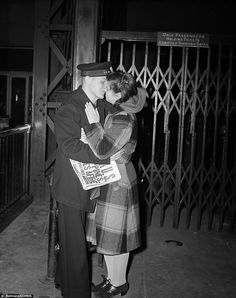 Until we meet again: Penn Station farewell, WWII Vintage Couples, Vintage Love, Pearl Harbor Attack, Old Love, Vintage Pictures, Romantic Pictures, World War Two, Old Photos, Wwii