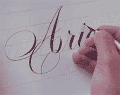 Conjunto de videos tutoriales de caligrafia artística para aprender a realizar este arte de escribir empleando bellos signos.  El término caligrafía se pue