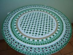 Tampo de Mesa em Mosaico geométrico,  confeccionado com pastilhas de vidro sobre compensado naval ou placa cimentícia.  Para ser utilizado em áreas interna ou externas.   Pode ser confeccionado em outras cores e tamanhos de acordo com a necessidade do cliente.