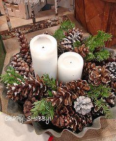 Centro de Navidad pino, piñas y velas blancas