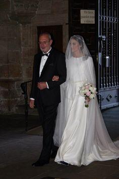 novias The Bride Carmen Soto Royal Wedding Gowns, Wedding Wows, Modest Wedding Gowns, Bohemian Wedding Dresses, Dream Wedding Dresses, Bridal Dresses, Classy Wedding Dress, Dress Vestidos, Bridal Hairstyles
