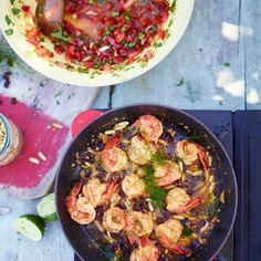 In plaats van met de hand te snijden en te hakken, kun je de ingrediënten voor de salsa in de keukenmachine gooien – zo bespaar je tijd. maar maak er geen puree van – het zijn nou net die lekkere stukjes die de salsa een heerlijke smaak en textuur...