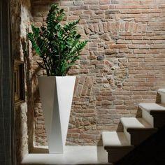 Diamond vaso dalle linee pulite ed essenziali che ricordano il taglio delle pietre preziose. By Plust collection. #vasi #design #arredamento