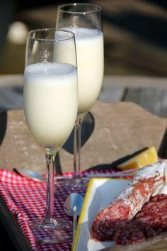 Heerlijk drankje..............Scroppino. Zet de champagneglazen even in de vriezer. Klop 1 liter citroensorbetijs met een flinke scheut Limoncello met de staafmixer tot het romig is. Klop dan 1 fles ijskoude Prosecco erdoor tot je een mooie schuimige massa hebt, schenk in de koude glazen en serveer direct. Proost!