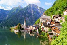 Áustria - Hallstatt, que possui menos de mil habitantes, fascina visitantes com sua paisagem bucólica. (Foto: Skyscanner)