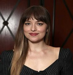 47 Superb stark Haare mit Pony Empfehlungen, dakota johnson stark Haare mit Pony , Trend Frisuren Source by Classic Hairstyles, Hairstyles With Bangs, Pretty Hairstyles, Dakota Johnson Stil, Dakota Mayi Johnson, Pelo Bob, Long Hair With Bangs, Hair Styler, Hair Highlights