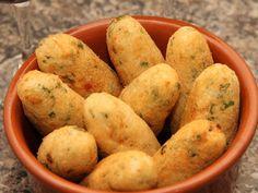 O Bolinho de Bacalhau e Mandioca é fácil de fazer, delicioso e perfeito como acompanhamento da sua refeição principal ou petisco. Aproveite! Veja Também:B