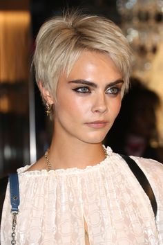 Top 36 Short Blonde Hair Ideas for a Chic Look in 2019 - Style My Hairs Straight Brows, Short Straight Hair, Short Hair Cuts, Pixie Cuts, Modern Short Hair, Cara Delevingne Haar, Cara Delevingne Eyebrows, Cara Delevingne 2018, Medium Hair Styles