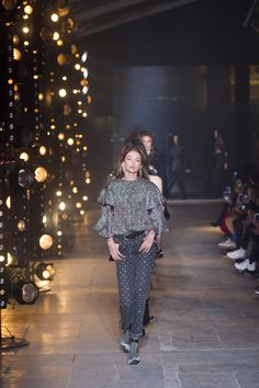 See all the Collection photos from Isabel Marant Autumn/Winter 2017 Ready-To-Wear now on British Vogue Winter 2017, Fall Winter, Autumn, Isabel Marant, Ready To Wear, Vogue, Lighting Design, How To Wear, Inspiration