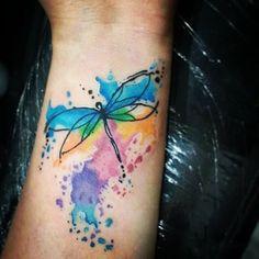 #Tatuaje de una #libelula con toques de #acuarela hecho por Carlos Aranda en…