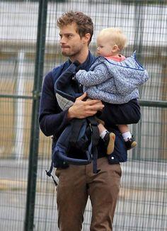 Jamie Dornan... si le dan un bebé a un hombre y lo sabe cargar, instantáneamente se vuelve adorable.