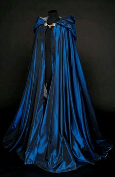 Looks like a Ravenclaw cloak 😍 Pretty Outfits, Pretty Dresses, Beautiful Dresses, Beautiful Beautiful, Beautiful Pictures, Mode Outfits, Fashion Outfits, Fantasy Gowns, Fantasy Outfits