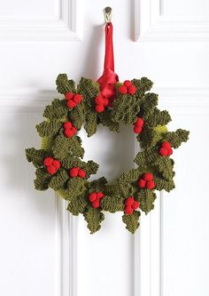 Christmas Holly Wreath pattern by Hayfield Christmas Holly Wreath this is a knit pattern, but can be done in crochet with the pinned holly design on this board Crochet Christmas Wreath, Crochet Wreath, Christmas Crochet Patterns, Holiday Crochet, Christmas Knitting, Christmas Wreaths, Crochet Ideas, Shabby Chic Christmas Decorations, Decoration Christmas