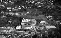Møllendalsbakken 8.10.1948. Thesens eiendom ligger godt synlig til venstre for Sverre Muncks industribygg. Siden kom det industri også på Thesens eiendom. Foto Widerøe's Flyveselskap AS. Widerøesamlingen, Universitetsbiblioteket i Bergen.