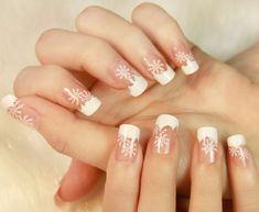unghie gel natalizie, un\u0027idea sobria ed elegante per le amanti della french  con fiocchi di neve