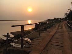 Rio Kushbhadra, vilarejo histórico de Konarak, na província de Orissa, Índia.