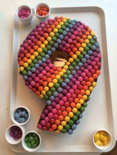 Trots op de taart die ik maakte! Naar een idee van Welke: biscuitdeeg gevuld met aardbeienjam en slagroom bedkt met nutella en heel veel smarties :)