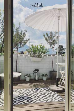 9 wohnliche Ideen für den kleinen Balkon Foto: Wohnliebe.Salzburg #solebich #kleine #balkone #sommer #sonne #sonnenschirm #terrasse #pflanzen #gartenmöbel #blumentöpfe #lichterkette Outdoor Balcony, Balcony Garden, Balcony Ideas, Backyard Movie Theaters, Pergola, Balcony Furniture, Outdoor Lighting, Outdoor Decor, Home